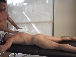 A massage turns into an opportunity for hardcore gay sex